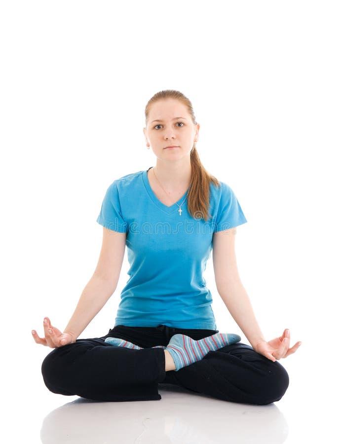 A mulher nova que faz o exercício isolado em um branco fotografia de stock royalty free