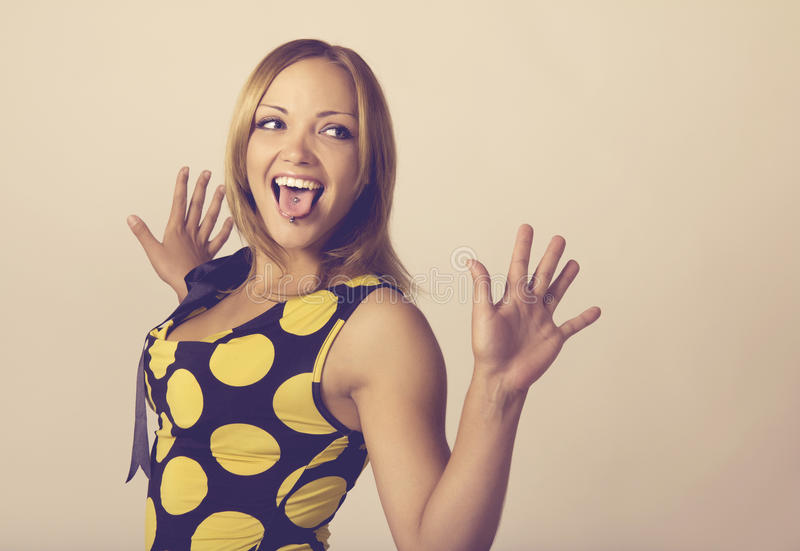 A mulher nova que faz uma face engraçada tonificou em morno foto de stock royalty free