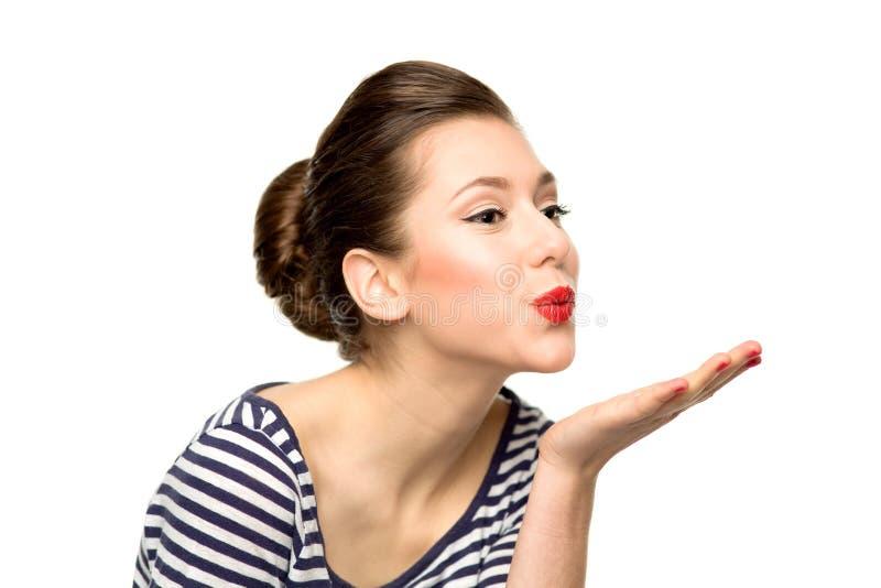 Mulher nova que funde um beijo foto de stock