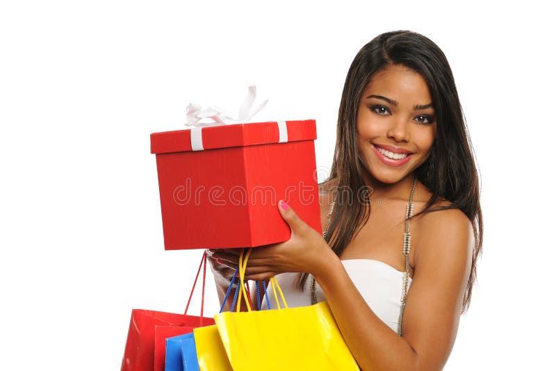 Mulher nova que holdring um saco do presente e de compra fotografia de stock