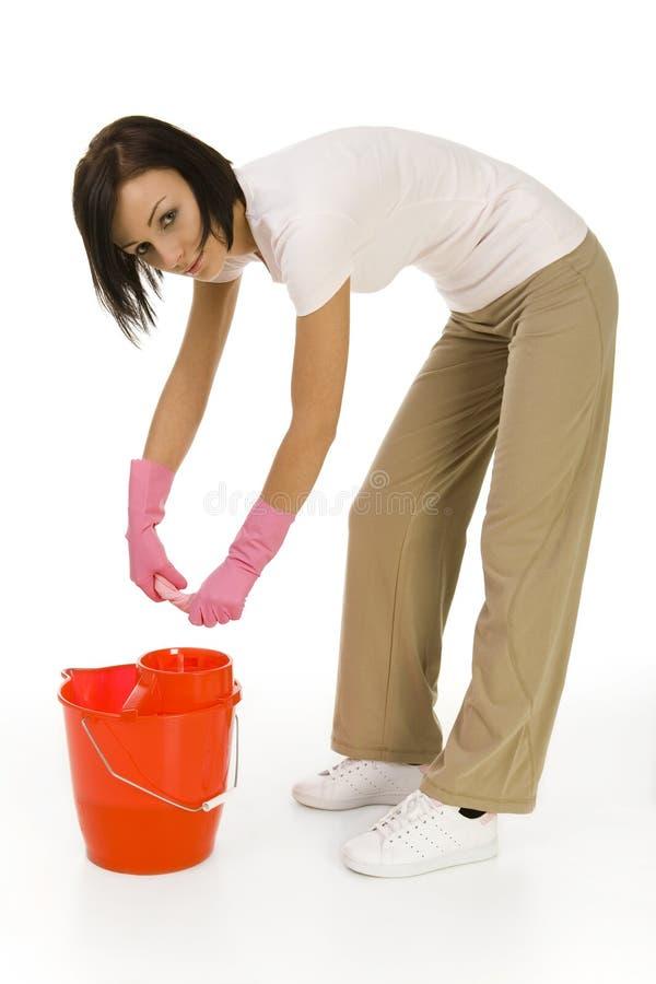 Mulher nova que houseworking imagens de stock