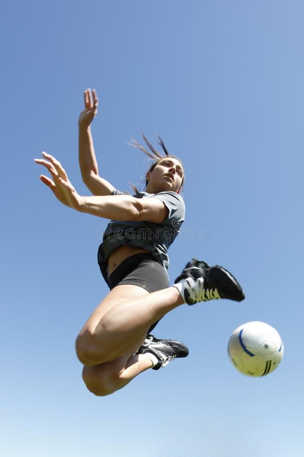 Mulher nova que joga o futebol fotos de stock royalty free