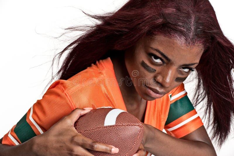Mulher nova que joga o futebol foto de stock royalty free