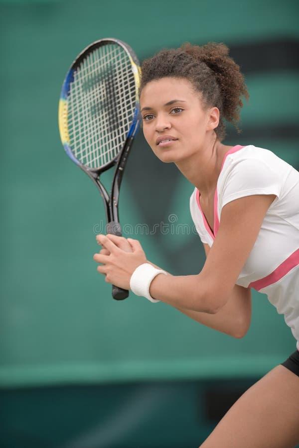 Mulher nova que joga o tênis foto de stock royalty free