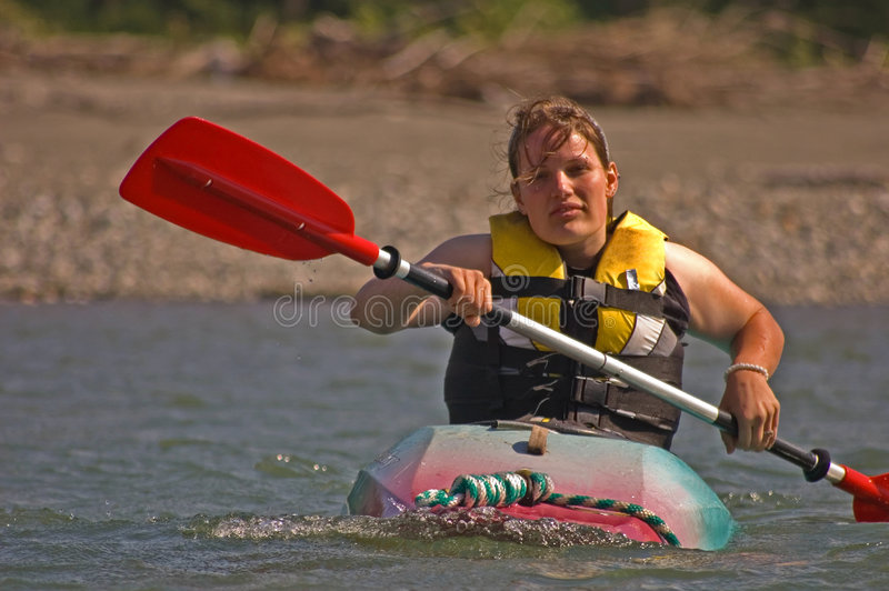Mulher nova que Kayaking foto de stock royalty free