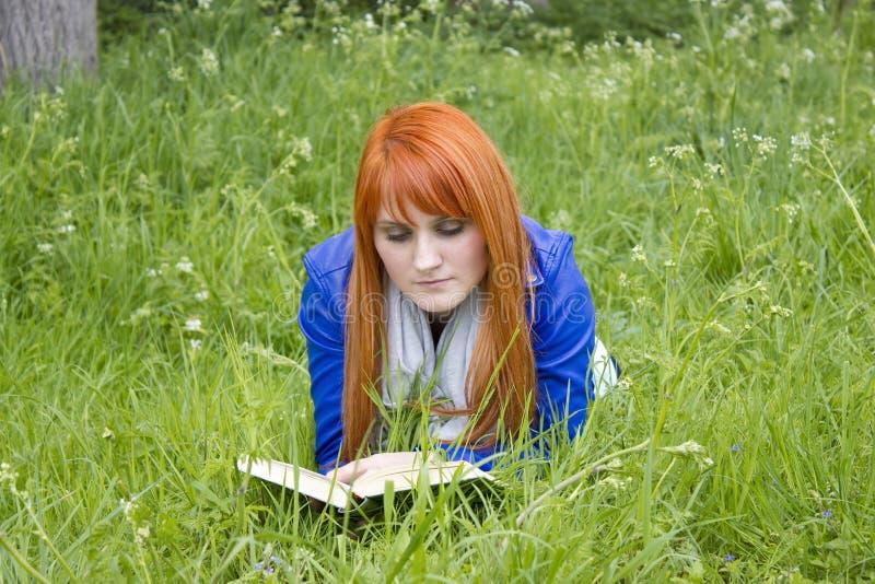 Mulher nova que lê um livro fotografia de stock royalty free