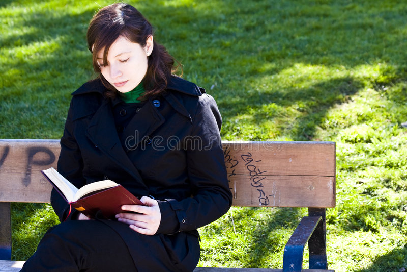 Mulher nova que lê um livro fotos de stock royalty free