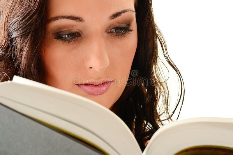 Mulher nova que lê um livro no branco fotografia de stock royalty free