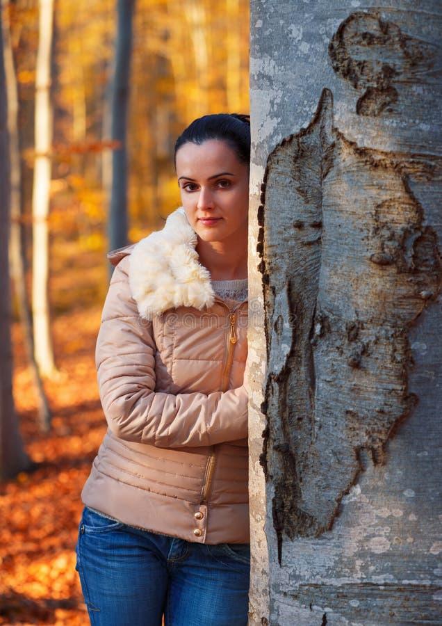 Mulher nova que levanta na natureza fotografia de stock royalty free