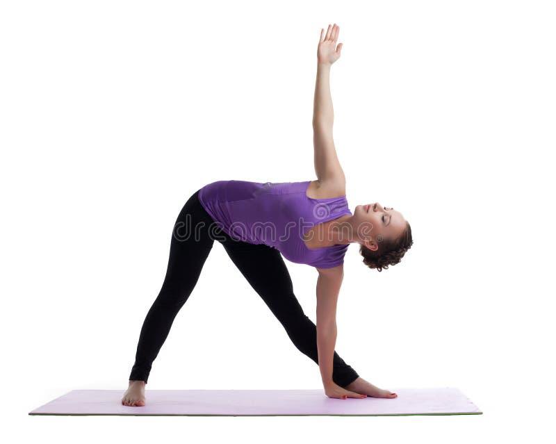 Mulher nova que levanta no asana da ioga na esteira de borracha imagem de stock