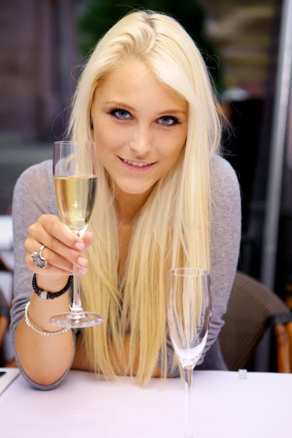 Mulher nova que levanta um vidro do champanhe imagem de stock royalty free