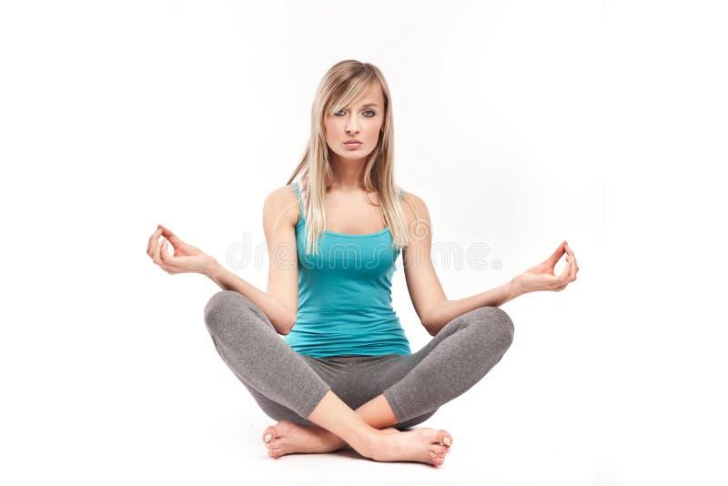 Mulher nova que meditating foto de stock