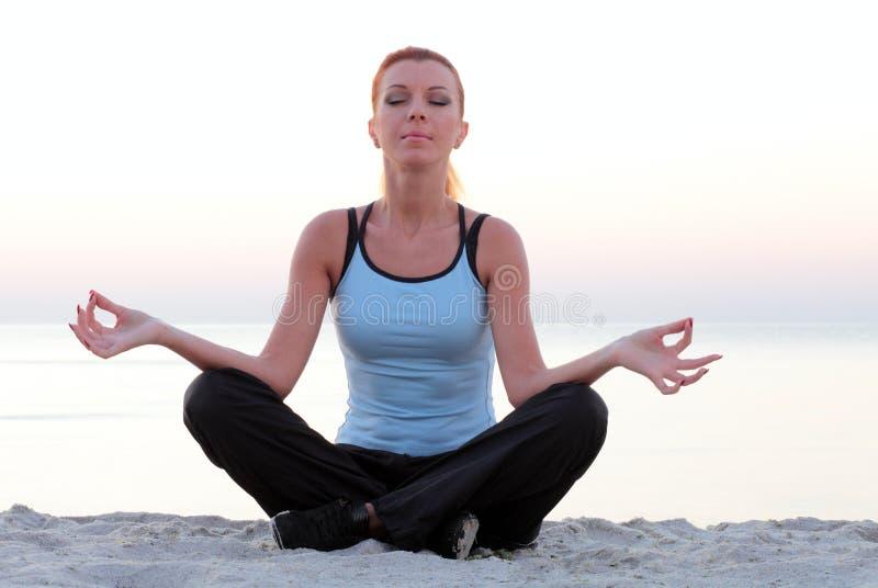 Mulher nova que meditating. foto de stock
