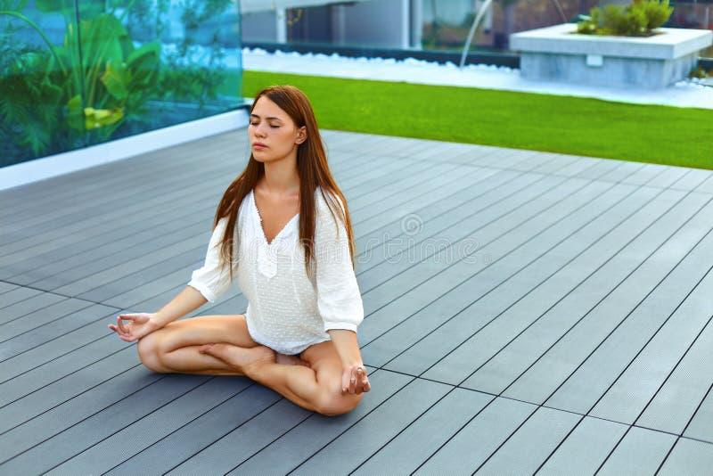 Mulher nova que Meditating ao ar livre foto de stock