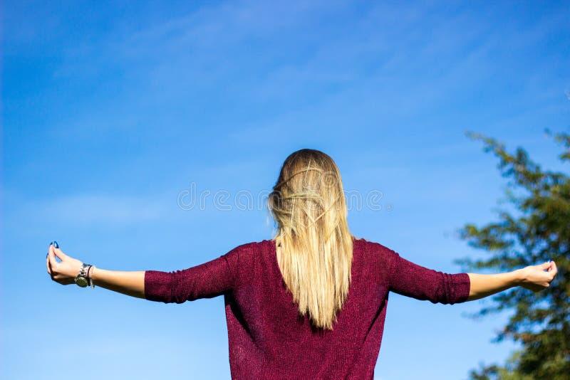Mulher nova que Meditating ao ar livre imagens de stock royalty free