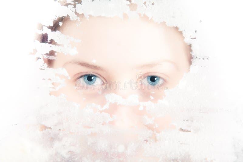 Mulher nova que olha através do vidro sujo fotos de stock royalty free