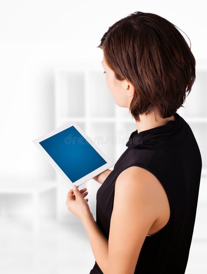 Mulher nova que olha a tabuleta moderna fotos de stock