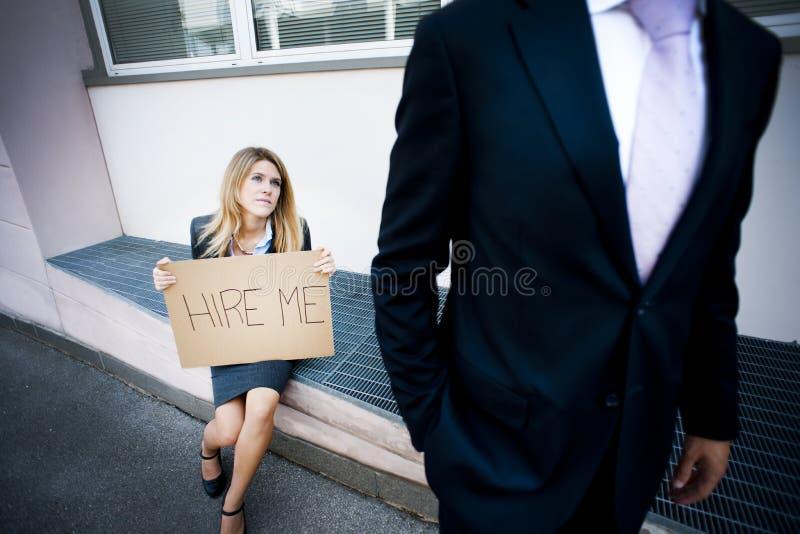 Mulher nova que pede um trabalho fotografia de stock