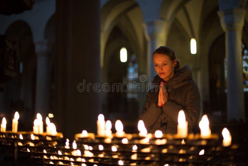 Mulher nova que praying foto de stock