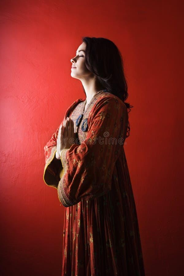 Mulher nova que Praying. Isolado imagens de stock royalty free