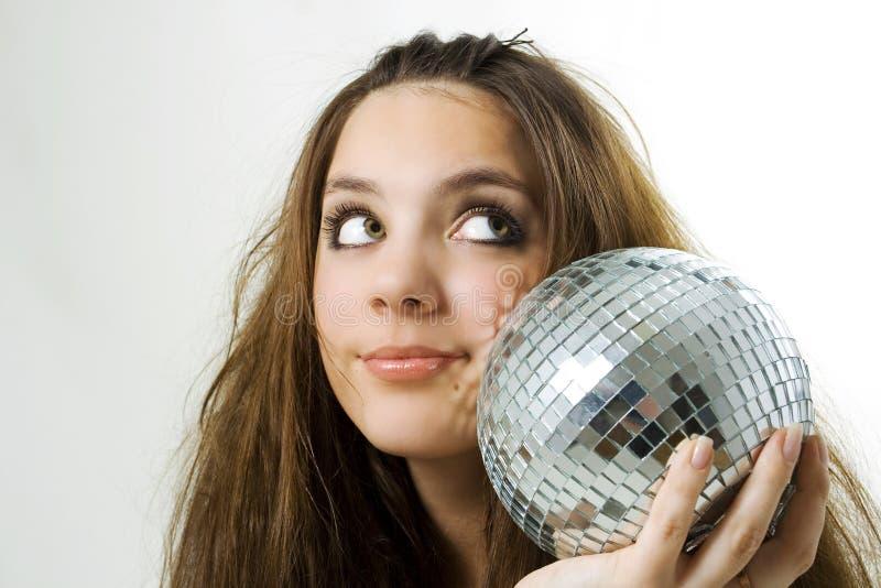 Mulher nova que prende uma esfera do disco imagem de stock