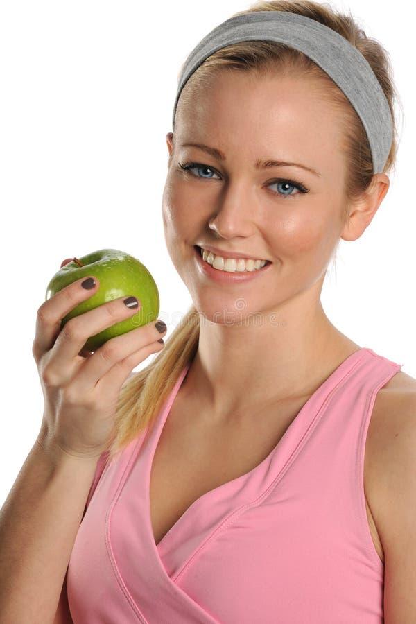 Mulher nova que prende uma maçã verde imagem de stock royalty free