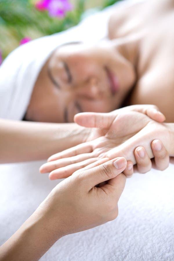 Mulher nova que recebe a massagem da mão imagens de stock royalty free