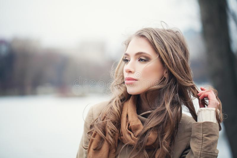 Mulher nova que relaxa ao ar livre fotografia de stock
