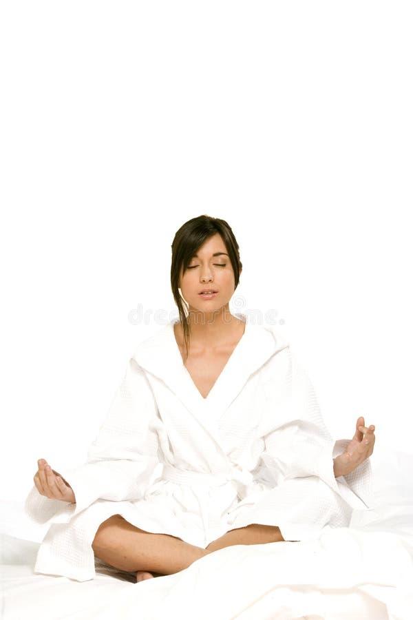 Mulher nova que relaxa com ioga imagens de stock