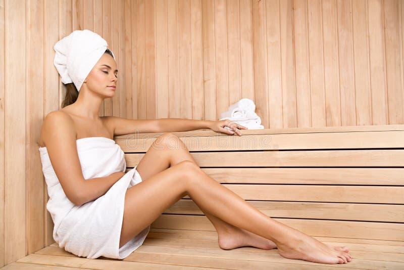 Mulher nova que relaxa nos termas Cuidados médicos e beleza imagens de stock royalty free