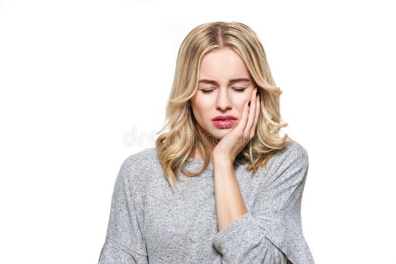 Mulher nova que sofre do toothache Fundo da dor e da odontologia de dente Sofrimento bonito da jovem mulher da dor de dentes fotos de stock royalty free