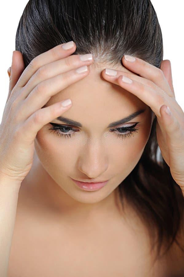 Mulher nova que sofre uma dor de cabeça imagens de stock