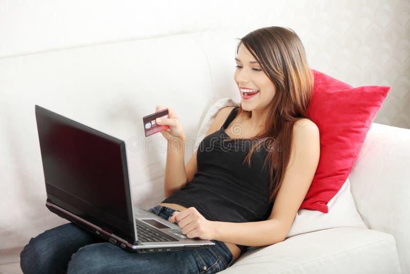 Mulher nova que sopping no Internet. imagem de stock royalty free