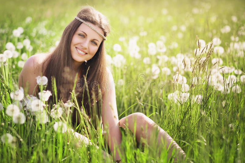Mulher nova que sorri em um prado foto de stock
