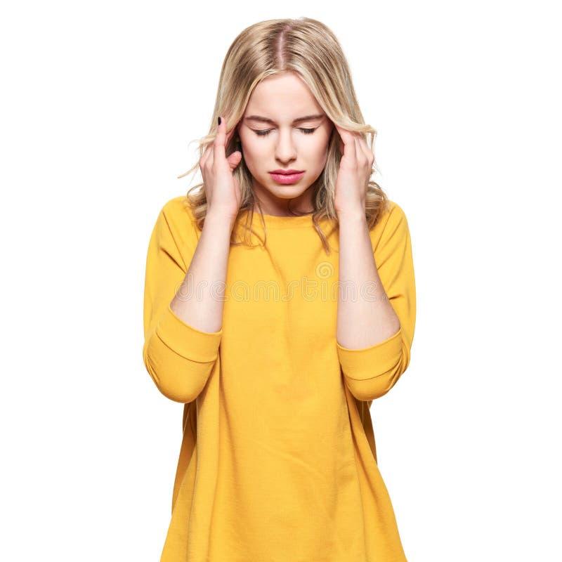 Mulher nova que tem a dor de cabeça Jovem mulher esgotada forçada que faz massagens seus templos Mulher que sofre da enxaqueca foto de stock