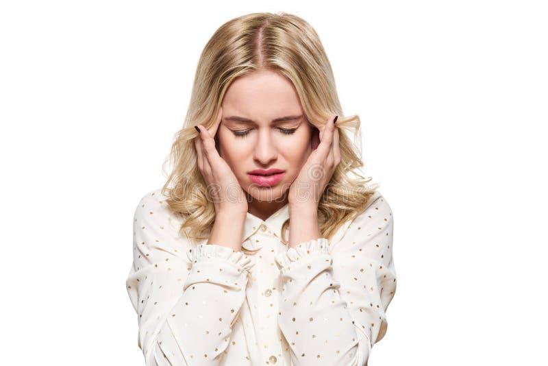Mulher nova que tem a dor de cabeça Jovem mulher esgotada forçada que faz massagens seus templos Mulher que sofre da enxaqueca fotos de stock royalty free
