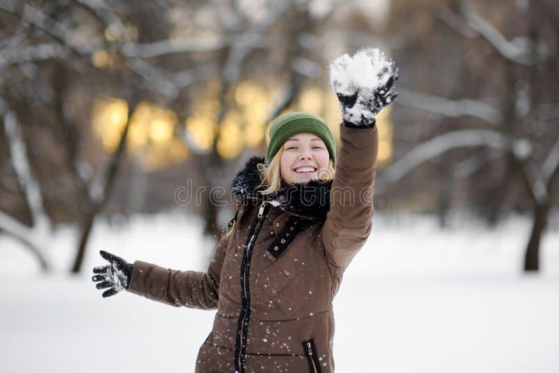 Mulher nova que tem o divertimento no inverno foto de stock royalty free