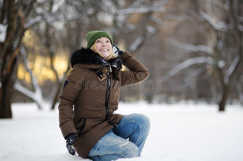 Mulher nova que tem o divertimento no inverno imagens de stock