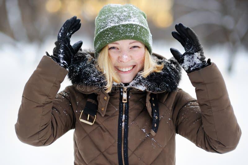 Mulher nova que tem o divertimento no inverno imagens de stock royalty free