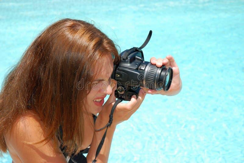 Mulher nova que toma retratos foto de stock