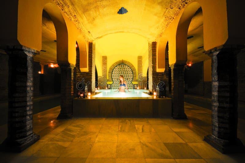 Mulher nova que toma um banho nos banhos árabes foto de stock royalty free