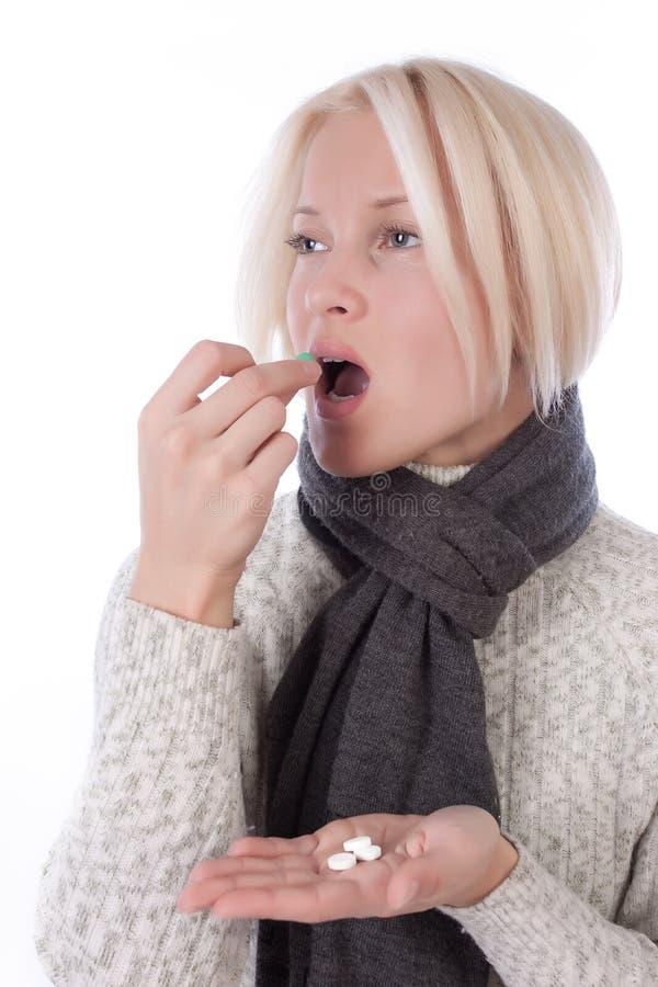 Mulher nova que toma vitaminas imagens de stock