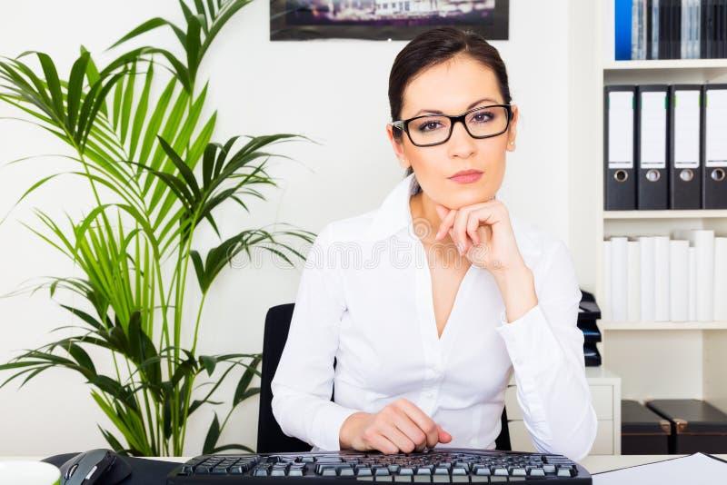Mulher nova que trabalha em seu computador imagem de stock royalty free