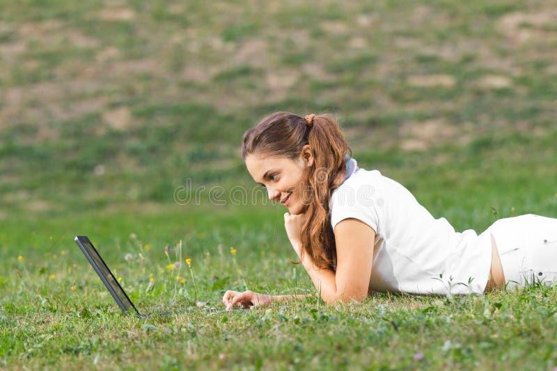 Mulher nova que trabalha no parque imagens de stock