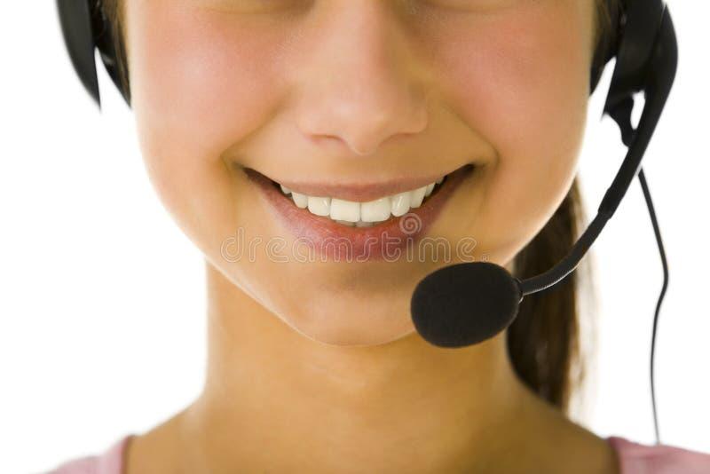 Mulher nova que usa auriculares foto de stock