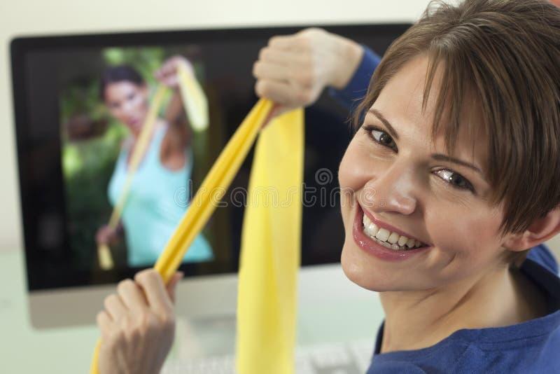 Mulher nova que usa faixas do exercício fotos de stock royalty free