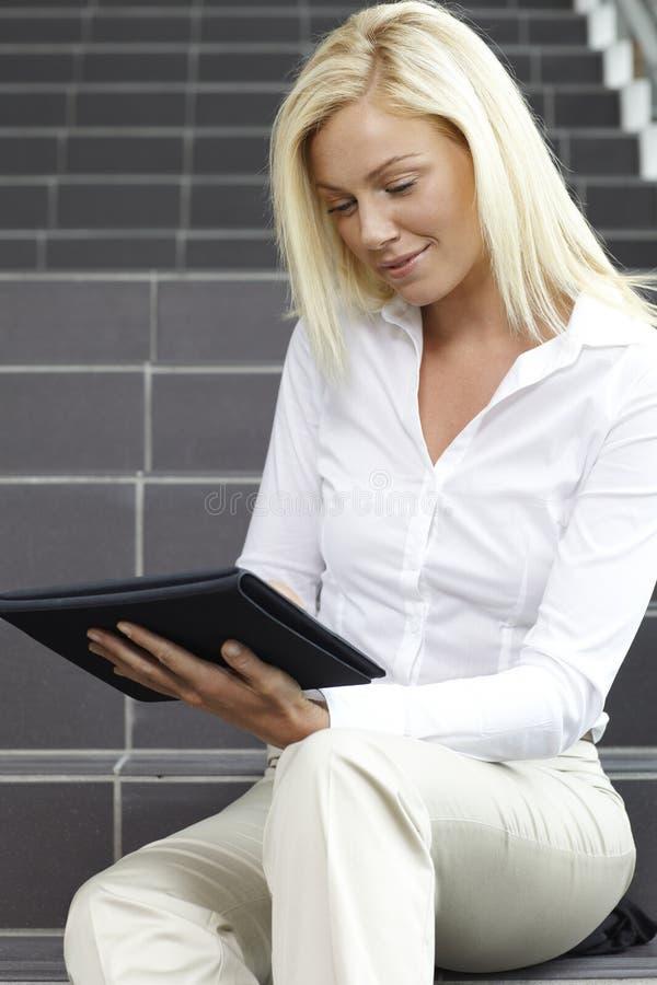 Mulher nova que usa a tabuleta digital imagens de stock royalty free