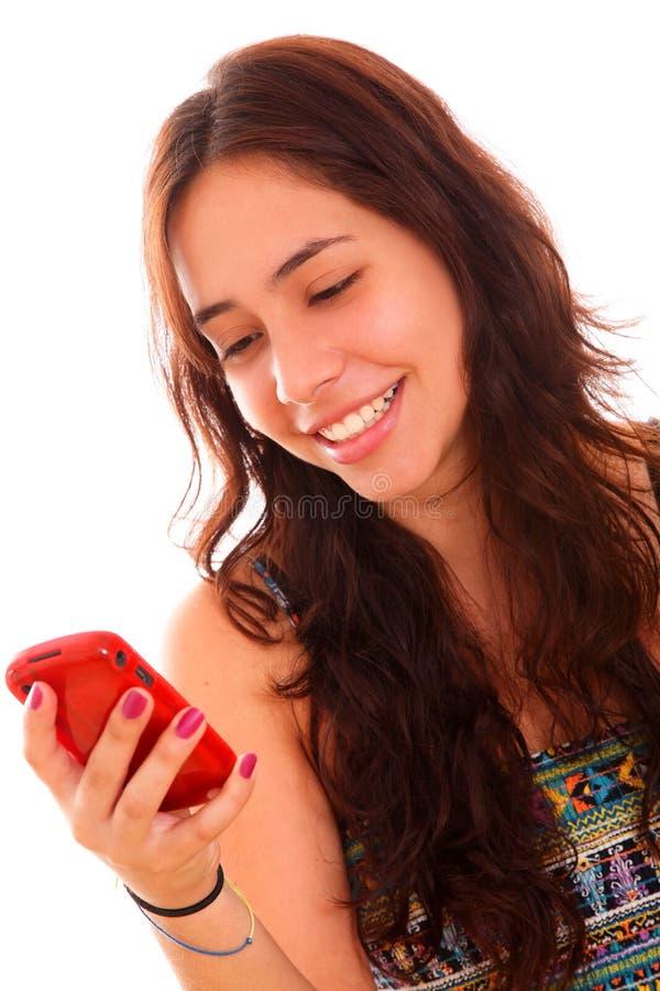 Mulher nova que usa um telefone de pilha imagem de stock royalty free