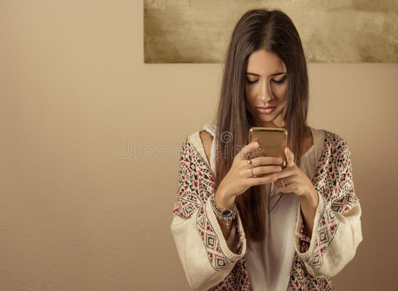 Mulher nova que usa um telefone móvel imagens de stock
