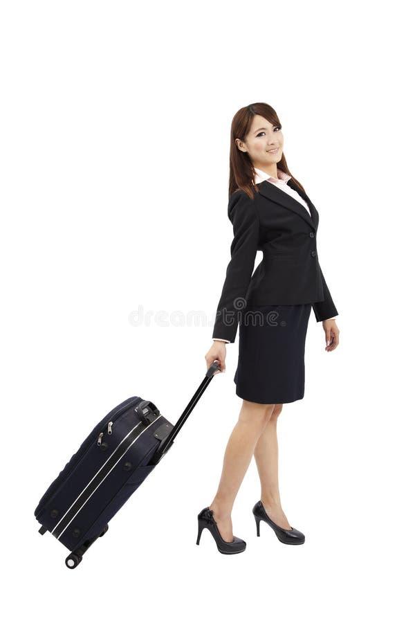 Mulher nova que viaja com mala de viagem fotografia de stock